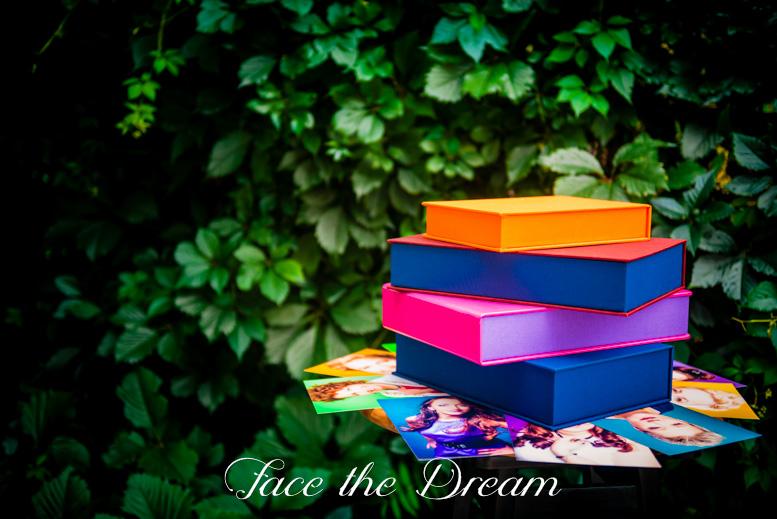 Pudełko Pro. Opakowanie wykończone jest tkaniną introligatorską i dostępne w szerokiej gamie kolorystycznej (dostępne wszytskie kolory): Pudełko Pro 15x23 cm: 50 zł Pudełko Pro 20x30 cm: 100 zł